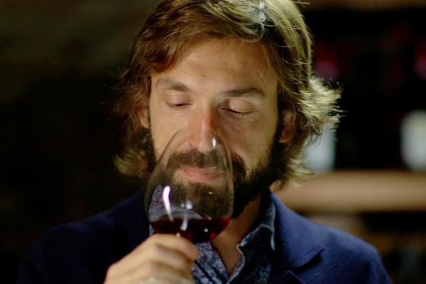 Andrea Pirlo apreciando um bom vinho (Foto: reprodução )