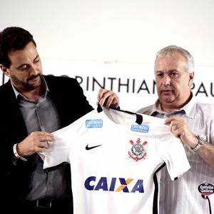Camisa Corinthians novo patrocinador Alcatel (Foto: Marcos Ribolli)