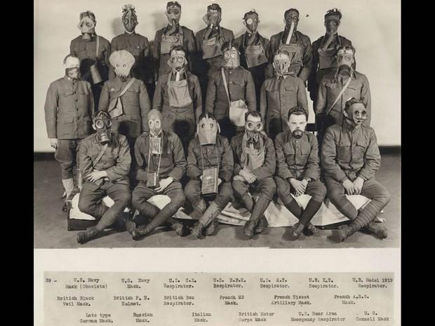 Soldados americanos posam com máscaras de gás no Laboratório de Desenvolvimento Químico na Filadélfia, nos EUA, em 1919 (Foto: Reuters/Archive of Modern Conflict London)