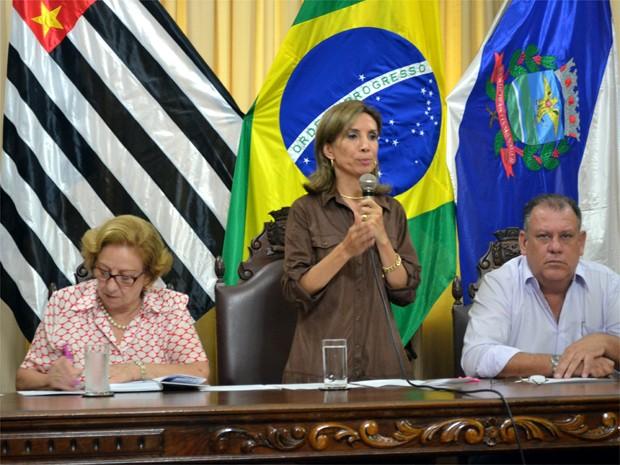 Prefeita Dárcy Vera falou sobre o recadastramento da Cohab nesta segunda-feira (Foto: Eduardo Guidini/ G1)