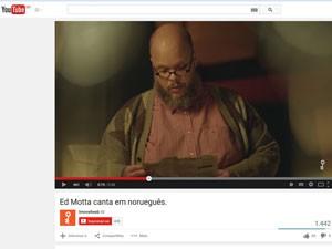 Após polêmica no início do ano, Ed Motta é protagonista de propaganda e ironiza cantando em norueguês (Foto: Reprodução/YouTube)