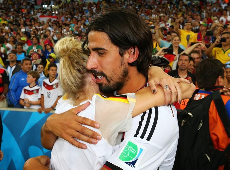Sami Khedira celebra a vitória ao lado da namorada Lena Gercke