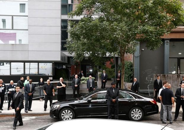 Forte esquema de segurança em frente ao prédio de Kim e Kanye em Ny (Foto: AKM-GSI)
