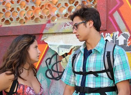 Nanda e Filipe planejam fingir namoro para provocar Roger e Lívia