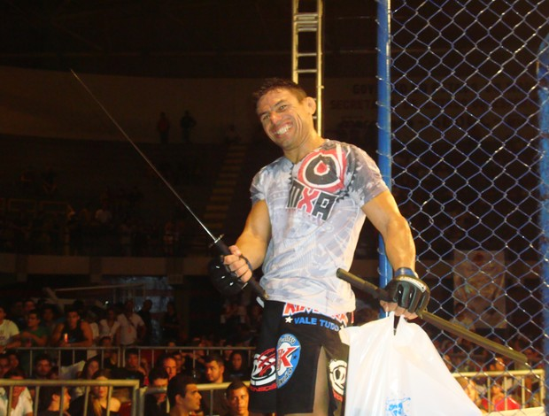 Jorjão Rodrigues esbanja sorriso com espada espartana (Foto: Afonso Diniz/Globoesporte.com)
