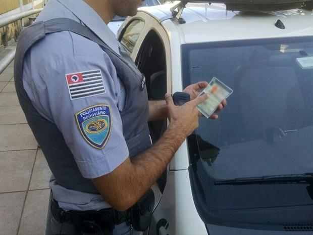 Policiais suspeitaram do documento e homem confessou que era falso (Foto: Polícia Rodoviária/Cedida)