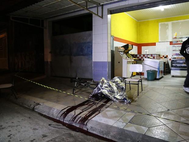 Um corpo é visto após uma série de ataques em ruas de Osasco, na Grande São Paulo, na noite de quinta-feira (13). Vinte e três pessoas foram baleadas em Osasco e outras três em Barueri. Os ataques aconteceram em 10 pontos diferentes dos dois municípios (Foto: Edison Temoteo/Futura Press/Estadão Conteúdo)