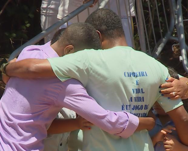 Muito emocionado, Huck não resiste e abraça a família (Foto: TV Globo)
