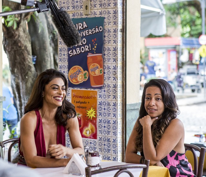 Juliana Paes acha graça de Samantha Schmütz durante as gravações de 'Totalmente Sem Noção Demais' (Foto: Ellen Soares/Gshow)