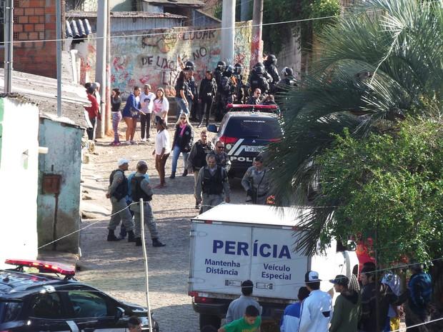 Homem foi morto por PM no começo da manhã no Morro Santa Tereza (Foto: João Laud/RBS TV)