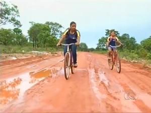 Irmãs percorrem 4 km de bicicleta para chegar à escola, em Araguaína (Foto: Reprodução/TV Anhanguera)