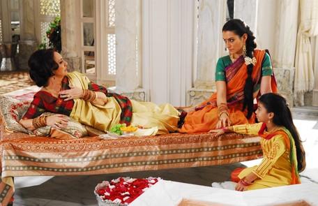 """Já Eliane Giardini era Indhira, a matriarca da família Ananda. Ela vivia perturbando a nora Surya (Cleo Pires), a quem acusava de """"ficar arrastando o sari no mercado"""" TV Globo"""