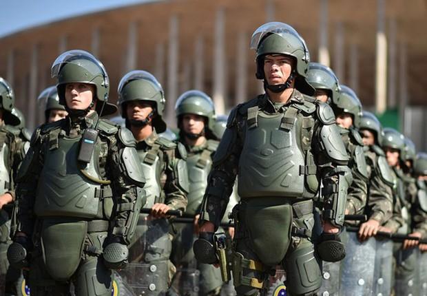Militares das Forças Armadas enfileirados em frente ao Estádio Nacional (Foto: Andre Borges/Agência Brasília) (Foto: Andre Borges/Agência Brasília)