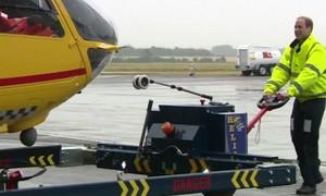 Príncipe William começa trabalho 'pé no chão' como piloto de ambulância aérea