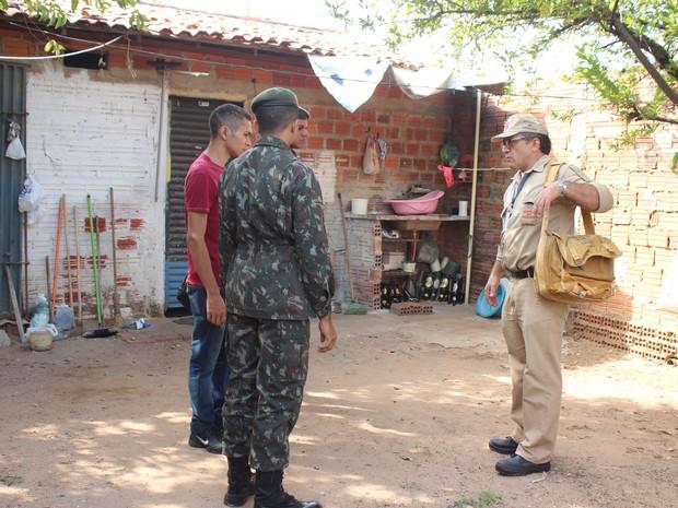 Militares do Exército vão frealizar trabalho educativo nas casas (Foto: Catarina Costa/G1 PI)