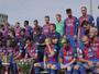 Em clima alegre e com Neymar no colo de Mascherano, Barça faz foto oficial