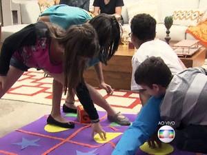 Convidados brincam com o tapete maluco (Foto: Tv Globo/Gshow)