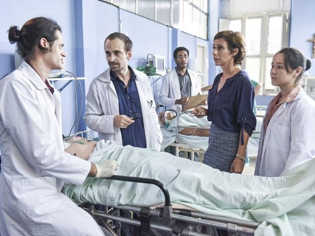 Elenco do filme 'Sob pressão' (a partir da esquerda): Álamo Facó, Júlio Andrade, Ícaro Silva Andréa Beltrão e Julia Shimura (Foto: Paprica Fotografia/Divulgação)