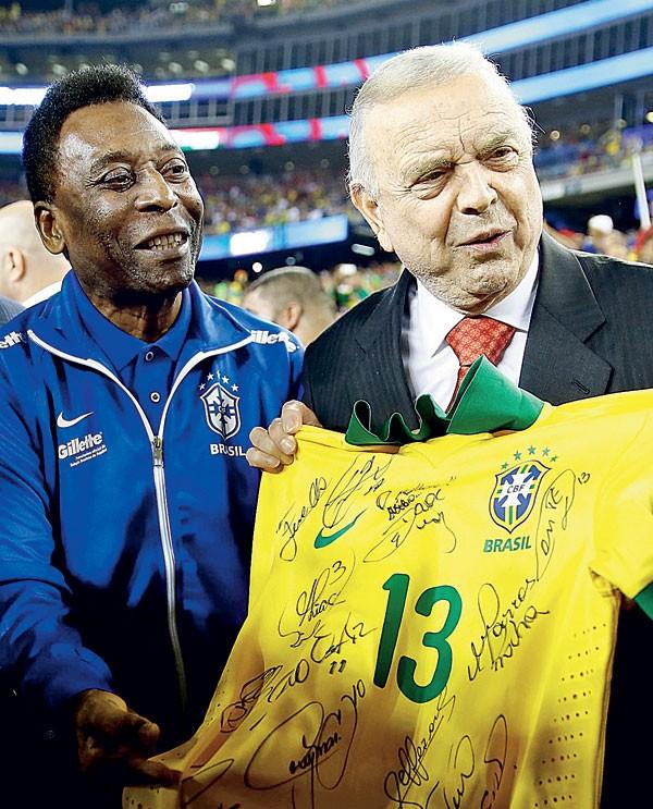 ENTIDADES PRIVADAS: O presidente da CBF, José Maria Marin, segura a camisa da seleção brasileira (Foto: Getty Images)