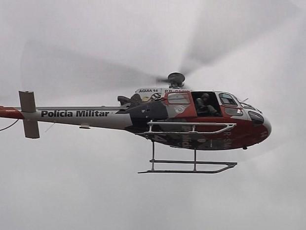 Helicóptero Águia fez buscas para localizar os criminosos (Foto: Reprodução / TV TEM)