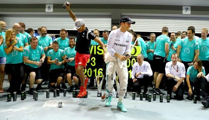 Nico Rosberg e Lewis Hamilton na festa da Mercedes pelo GP de Cingapura (Foto: Getty Images)
