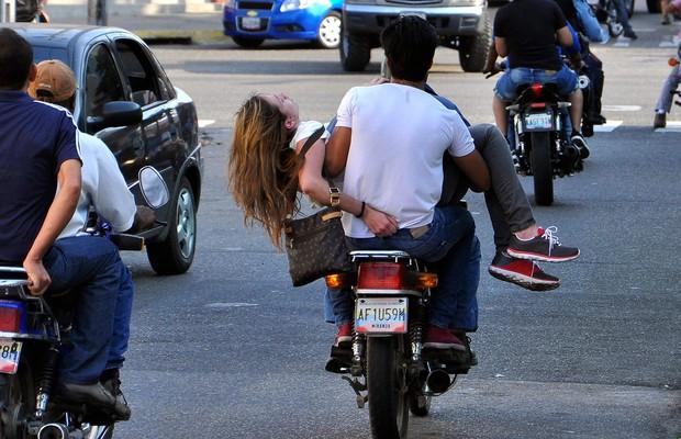 A modelo e estudante Génesis Carmona é levada em uma moto ao hospital em Valencia, Venezuela. Eleita miss em 2013, ela foi baleada durante manifestação contra o governo do presidente Nicolás Maduro (Foto: AP Photo/Diario Notitarde, Mauricio Centeno)