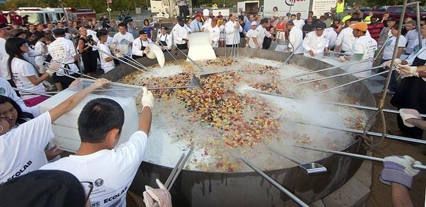 No dia 3 de setembro, s Universidade de Massachusetts, no EUA, bateu o recorde de cozinhar a maior caldeirada de frutos do mar do mundo. O recorde, validado pelo Livro Guinness, foi estabelecido no campus de Amherst, durante uma festa para celebrar a volta dos alunos. (Foto: John Solem/AP)