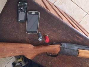 Arma e celulares apreendidos com o bando. (Foto: Polícia Civil)