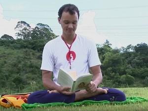 Pedro Soares conta que se diverte durante os dias de meditação (Foto: Reprodução/TV TEM)