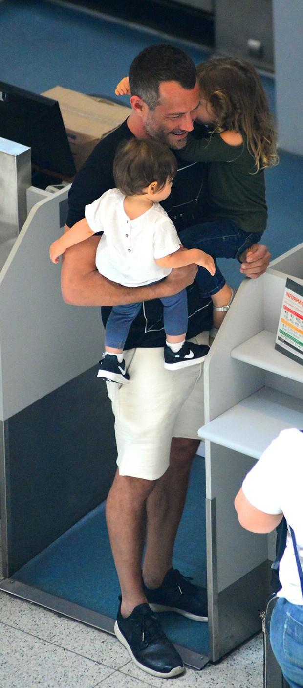 Malvino Salvador com a filha, Kayra (Foto: Willian Oda/ Agnews)