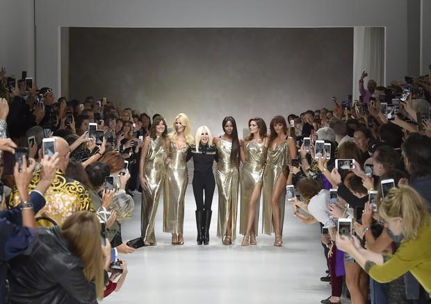Donatella com as top models no desfile de verão 2018 (Foto: Getty Images)
