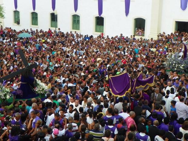 Milhares de pessoas participam da procissão de encontro (Foto: Danielle Pereira)