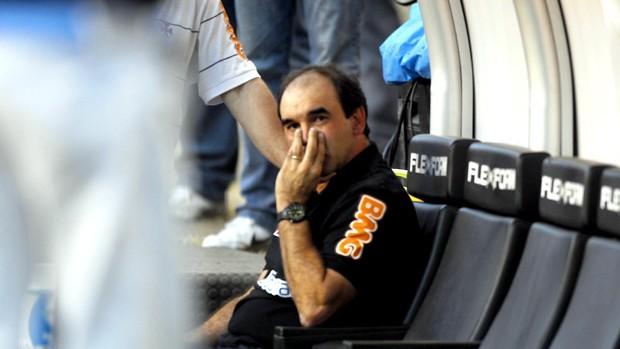 ricardo gomes passa mal no estádio engenhão (Foto: Marcelo Carnaval / O Globo)