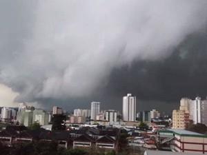 Chuva com ventos de mais de 90 Km/h atingiu São José dos Campos e região (Foto: Vanguarda Repórter)