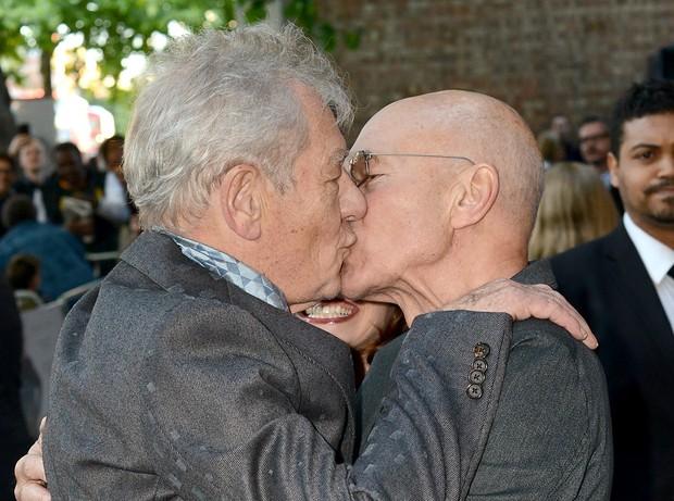 Amigos heteros se beijando - 3 1