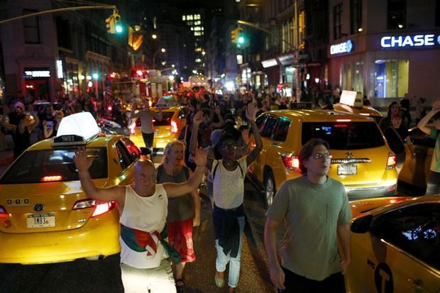 Manifestantes caminham pela ruas de Ferguson, nos EUA, contra a morte de um jovem negro desarmado por um policial branco (Foto: Eduardo Munoz/Reuters)