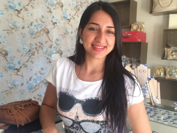 Professora Kelly Andressa de Oliveira Leão, de 20 anos, não sente falta de outros candidatos em Vianópolis, Goiás (Foto: Vanessa Martins/G1)