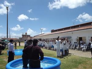 Este é o segundo batismo coletivo na unidade (Foto: Bárbara Homrich/Sejuc)