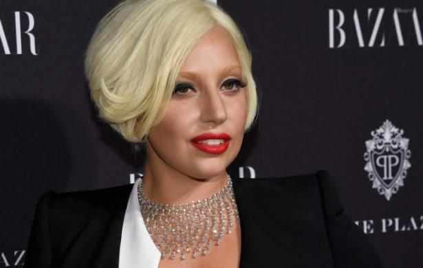 """A dica de Lady Gaga, de 28 anos, é muito importante: """"Cuidado com seu batom à mesa de jantar. Fica um horror quando você mancha todo seu guardanapo com ele. Use algo um pouco mais claro ou 'nude'"""". (Foto: Getty Images)"""