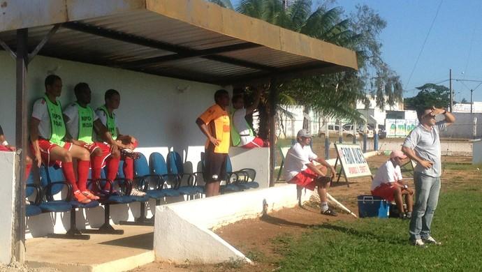 Técnico do Colinas, Fábio Luiz, na partida contra o Interporto (Foto: Vilma Nascimento/GloboEsporte.com)