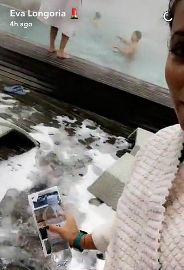 A atriz Eva Longoria na Suíça (Foto: Snapchat)