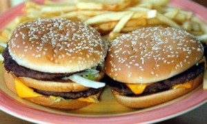 Imagem mostra hambúrgueres similares aos investigados (Foto: BBC/PA)