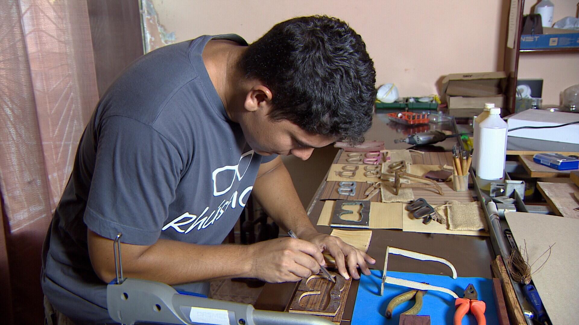 Jovens empreendedores criam armação de óculos de madeira (Foto: Amazônia Revista)