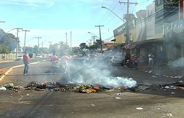 Manifestantes queimaram pneus e entulhos na Rua 44, em Goiânia, Goiás (Foto: Reprodução/TV Anhanguera)