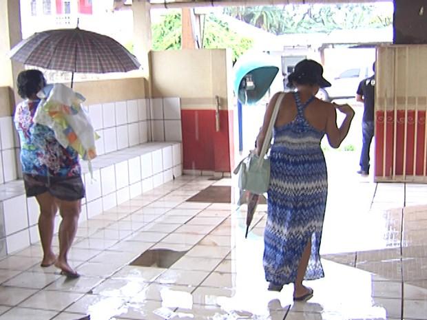 Água alagou o prédio da unidade e foi necessário usar guarda chuva (Foto: Reprodução/TV Tapajós)