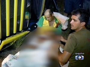 Pai amparava o filho no colo após acidente na BR-153, no Tocantins (Foto: Reprodução/TV Anhanguera)