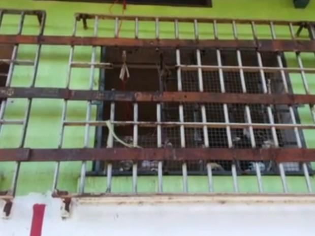 Grade de janela da cela foi serrada pelos detentos (Foto: Reprodução/RBS TV)