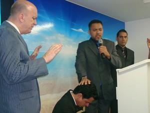 Pastor Alexandre Costa durante o culto. (Foto: Divulgação)