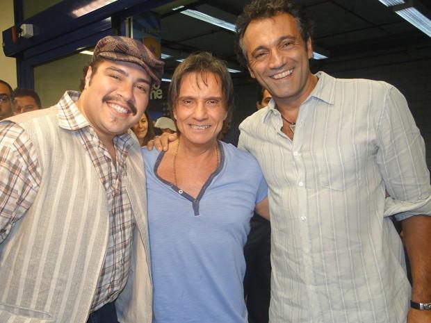 Tiago Abravanel e Domingos Montagner tietam Roberto Carlos na Pizza do Faustão (Foto: Domingão do Faustão/TV Globo)