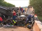 Duas pessoas morrem após carro ser esmagado por caminhão no Paraná